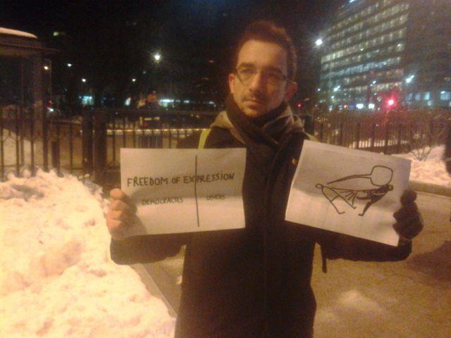 INCREDIBIL: Amendat pentru că a afișat desene de Dan Perjovschi în fața Guvernului!