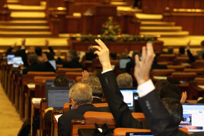 Parlamentul vrea să numească pe ascuns șase membri în conducerea Consiliului Național pentru Combaterea Discriminării. Societatea civilă protestează şi cere reprogramarea audierilor