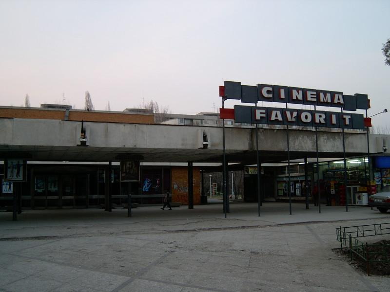 La presiunea societăţii civile, Primăria Sectorului 6 vrea să recupereze cinema Favorit şi a dat RADEF în judecată