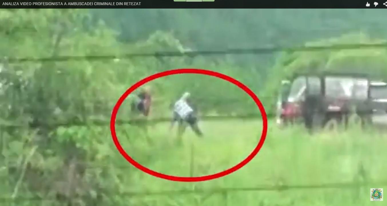 Secvență din atacul asupra activiștilor de mediu de pe Râul Alb. Deși prăbușit la pământ, Gabriel Păun este lovit în continuare de atacatori