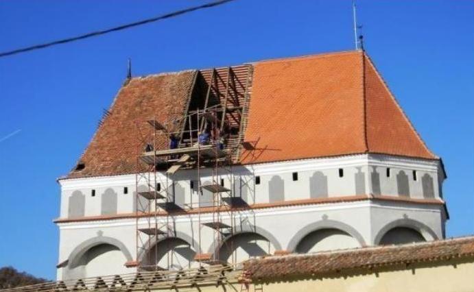 Ţigla industrială în culori ţipătoare, ultima modă în materie de restaurare la bisericile fortificate din Transilvania (RAPORT)