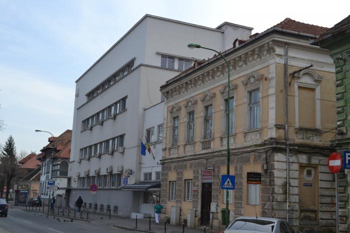 Unde dai şi unde crapă. Acoperişul Spitalului Neuro din Braşov nu poate fi reparat pentru că nu s-a numit un şef la Direcţia de Cultură