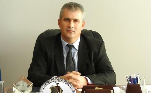 """Primarul şi secretarul comunei Şelimbăr, reţinuţi pentru fapte de corupţie. Investiţiile private din comună se făceau doar cu """"partea primarului"""""""