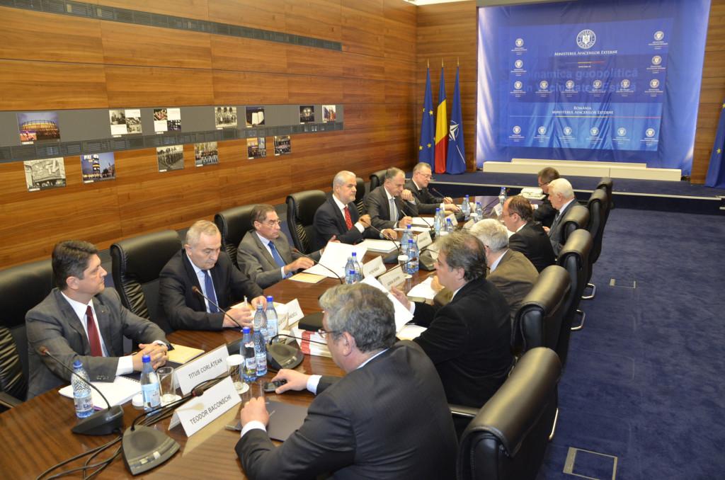 Consiliul Consultativ al MAE. Pe lângă Adrian Năstase îl regăsim și pe Adrian Severin, dar și responsabilii votărilor din diaspora, unul acuzat că s-a votat prea repede, doi pentru că a fost prea încet...