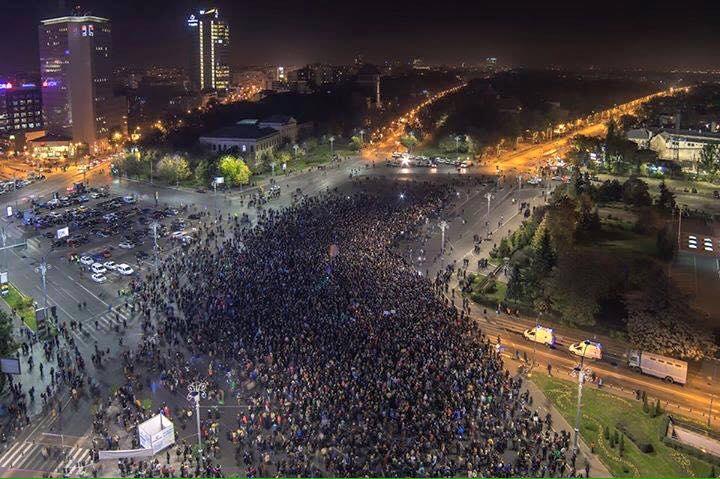 Revoluția, ziua a doua. Zeci de mii de români strigă în stradă că, de data aceasta, o demisie sau două nu sunt de ajuns FOTO