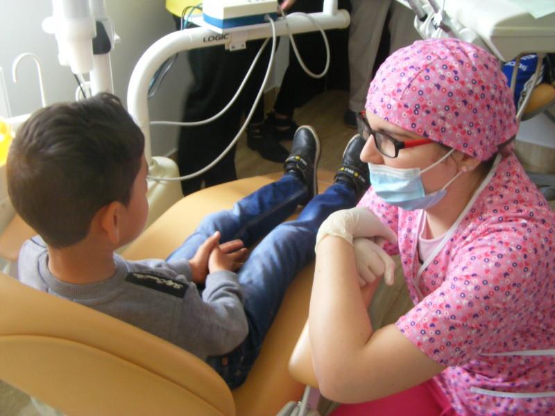 O asociație din Brașov vrea să determine Ministerul Sănătăţii să finanţeze două programe naţionale de sănătate dentară pentru copii