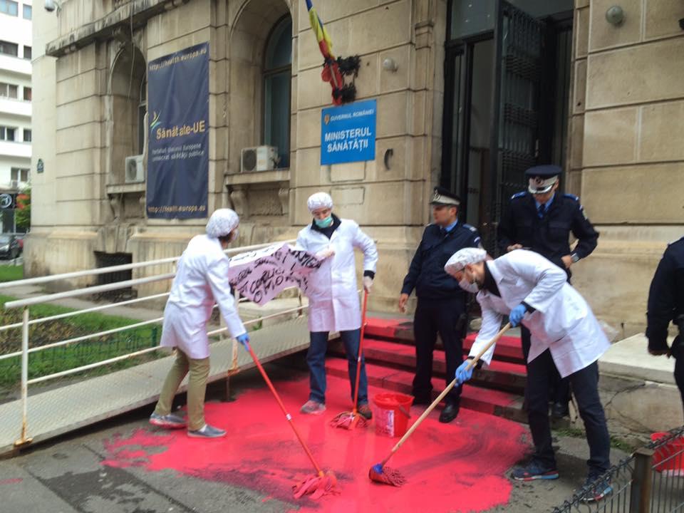 """ACUM: """"Ştergem urmele crimei""""/ Protest la Ministerul Sănătății. Manifestanții au fost amendați"""