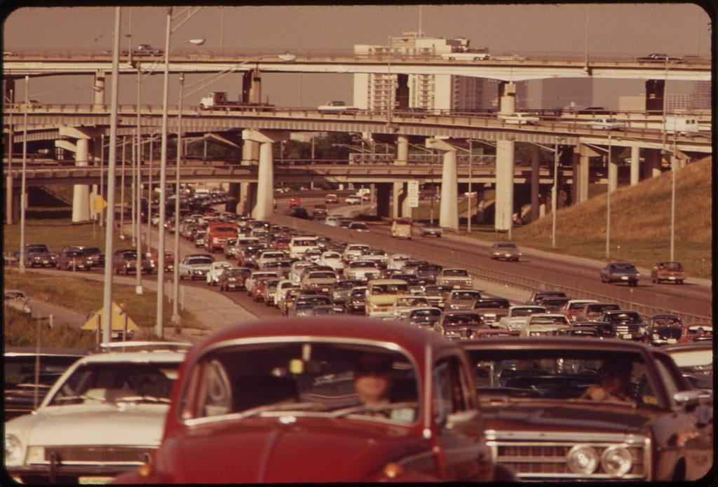Oricâte benzi au adăugat autostrăzilor urbane în marile metropole, nor-americanii n-au reușit să rezolve problema traficului auto. Nord-europenii au mărit între timp spațiile verzi și pietonalele în orașele lor mari și, culmea, au o mobilitate mult mai mare. Și le rămân și bani suficienți pentru sănătate, educație, cultură...