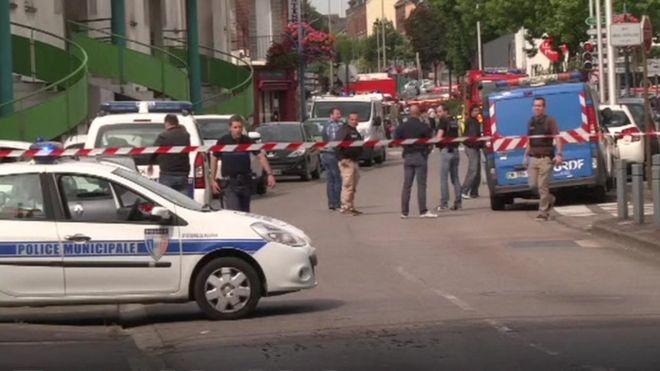 """Franța din nou sub teroare. Doi bărbați au luat ostatici într-o biserică din Normandia. UPDATE: Atacatorii """"neutralizați"""", un ostatic ucis"""