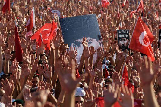 100.000 de protestatari în Piața Taksim din Istanbul (FOTO & VIDEO) și presiuni la nivelul NATO pentru democrație în Turcia. Răspunsul lui Erdogan: zeci de jurnaliști arestați!