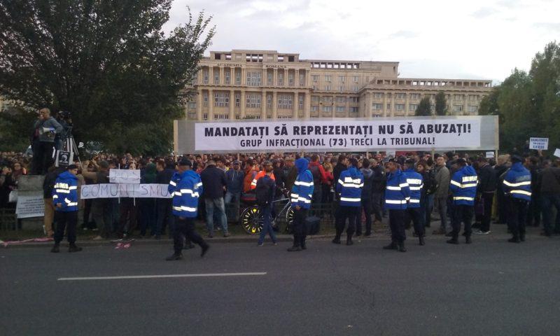 """""""Dreptate pentru Bogdan"""". Peste 3000 de oameni s-au adunat în fața Parlamentului pentru a protesta împotriva blocării anchetei în cazul Oprea"""
