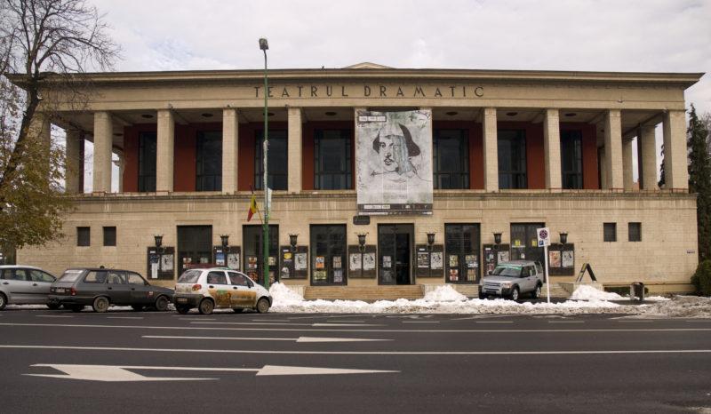 """Directorul Teatrului din Braşov care ameninţa comisia de concurs că """"ar trebui împușcată"""" şi-a dat demisia. Totuși, spectacolele nu s-au reluat"""