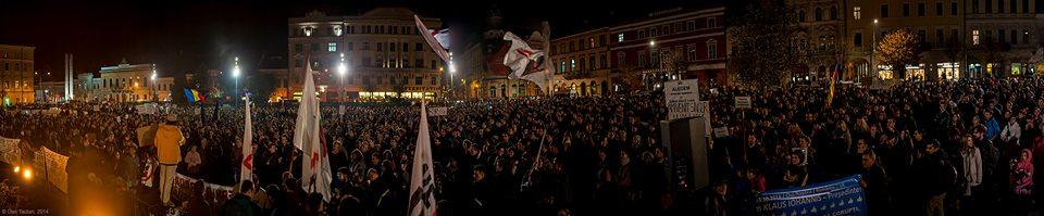 """Un """"extremist"""", vorbindu-le oamenilor, în Piața Unirii, în noiembrie 2014/ Foto: Dan Tăuțan"""