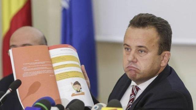 """Greșeală sau eroare? Manual unic de la Liviu Pop, după modelele """"de succes"""" din Polonia și Ungaria, în super-viteză."""