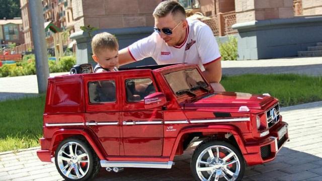 Copii, părinţi şi bunici. Şi Jeepul care stă în calea fericirii.