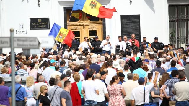 """Mandatul lui Năstase invalidat și de CSJ. Protestatarii scandează """"Revoluție!"""""""