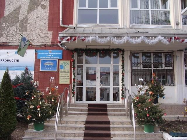 Stat în stat la un liceu din Piatra Neamț. Conducerea unității aplică amenzi elevilor.