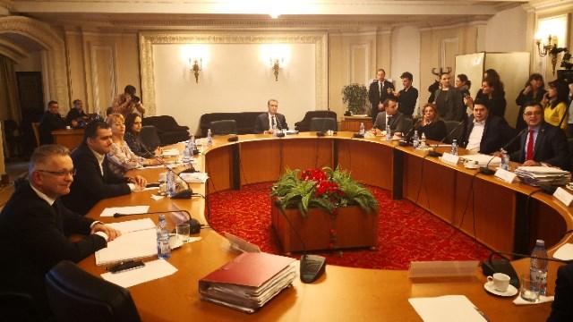 """""""Raportul paralel"""" al comisiei SRI și elefantul din cameră"""