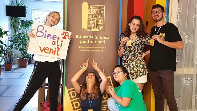S-au săturat să aștepte: câțiva elevi și studenți au inițiat De-a Dreptul, un program de educație juridică pentru liceeni