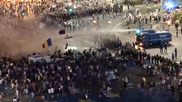 Cum apără regimul PSD drepturile omului: cu protestatari gazați și fugăriți gratuit în Piața Victoriei