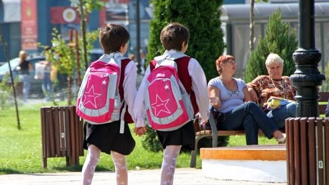 Uniforma școlară: reminiscență comunistă sau însemn de respect?