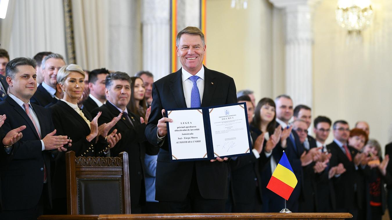 Klaus Iohannis a pus moț minciunii transpartinice din Parlament: ceremonie dedicată legii pentru autostrada Moldovei