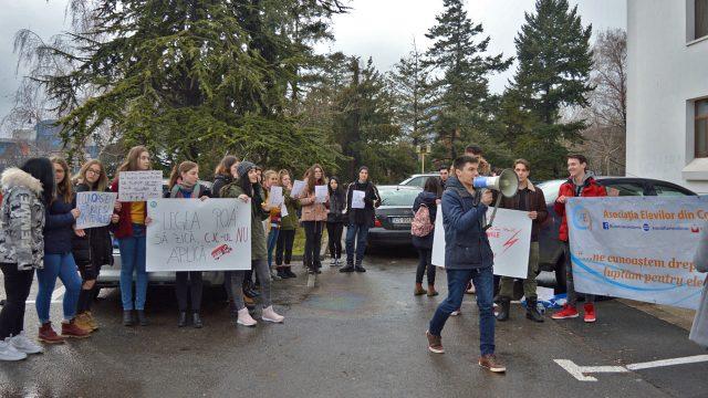 Elevii din România: Guvernul vrea să ne ia dreptul la transport redus între localități!