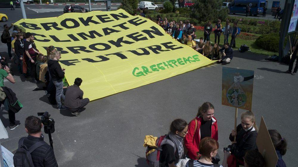 Greenpeace, mesaj pentru liderii europeni la summitul de la Sibiu: broken climate, broken future!