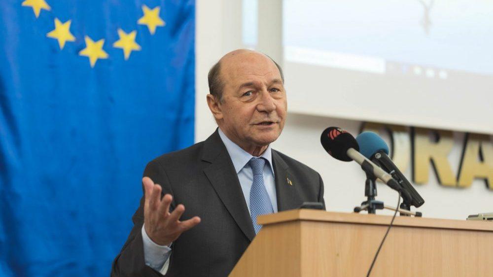 Ar trebui să-i fie retras mandatul de europarlamentar lui Traian Băsescu pentru că a turnat la Securitate?
