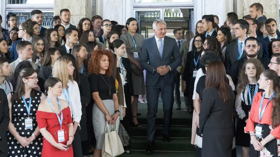 """Studenții din Iași se opun """"legării de glie"""" și îi cer lui Teodorovici demisia"""
