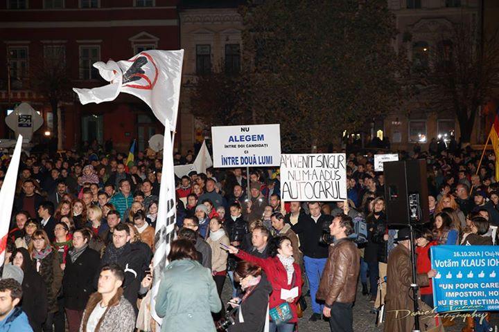 Vulcanul de la Cluj. Galerie FOTO cu protestul uriaș și cum au încercat pesediștii să-i provoace pe manifestanți cu o găină moartă