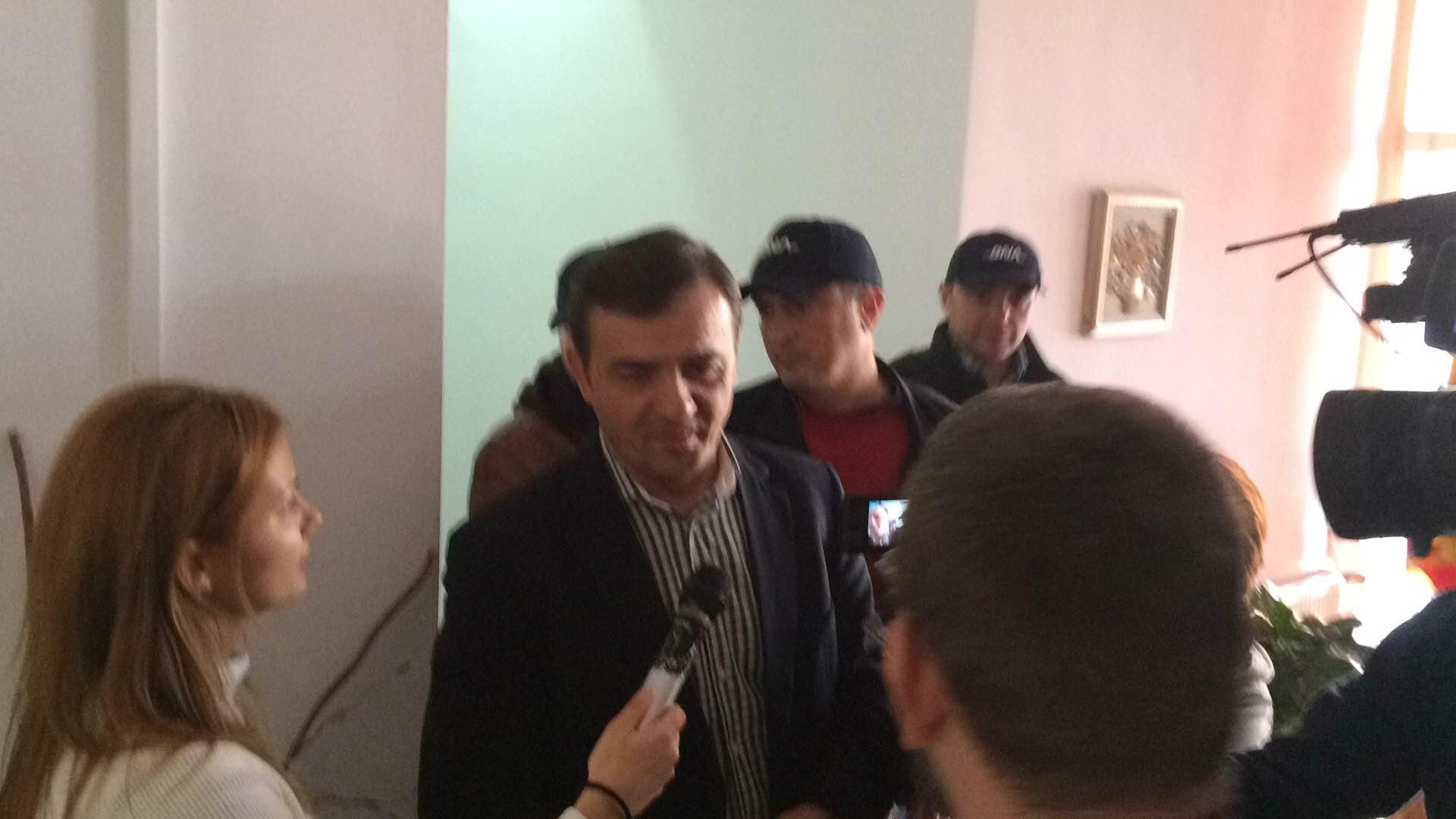 UPDATE Primarul Reșitei, reținut pentru luare de mită. A luat bani pentru atribuirea unui contract de lucrări publice