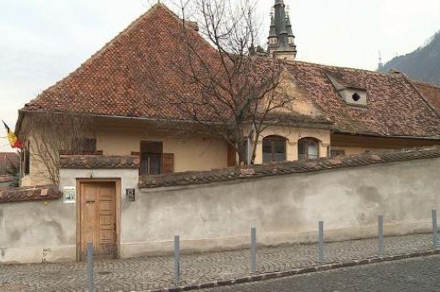 Casa Barac, de la Prima Şcoală Românească, stă să cadă. Autorităţile locale şi biserica încearcă să-şi dea seama cine ar trebui să o repare