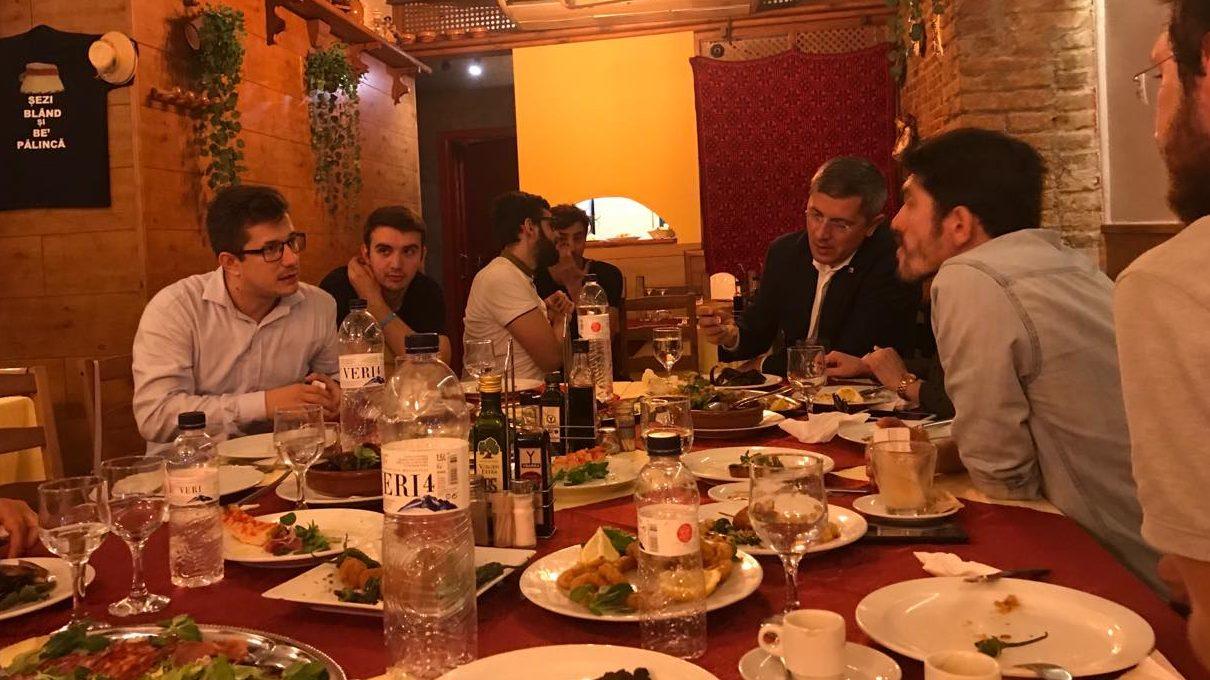 """Aventurile candidatului Barna în diaspora: """"Mânca și nu se mai oprea. Cum să vorbim, să-l oprim din mancat?"""""""