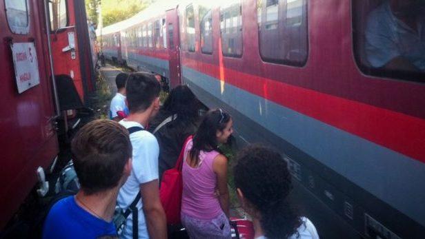 Începând de azi, naveta elevilor cu trenul nu va mai fi decontată din cauza ordonanței Guvernului Orban