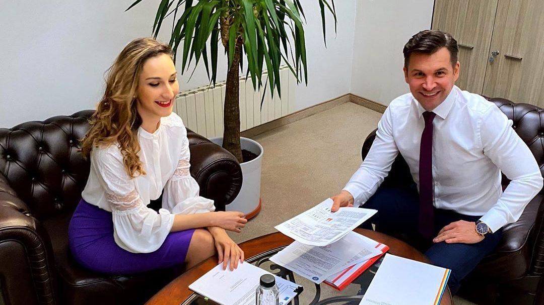 Andra Mihaela Costache (secretar de stat) și Ionuț Stroe (ministrul Tineretului și Sportului)