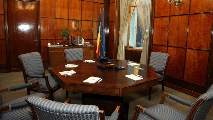 """Dar dacă fotografia din """"biroul"""" lui Orban a fost făcută cu o cameră ascunsă, nu de o persoană?"""