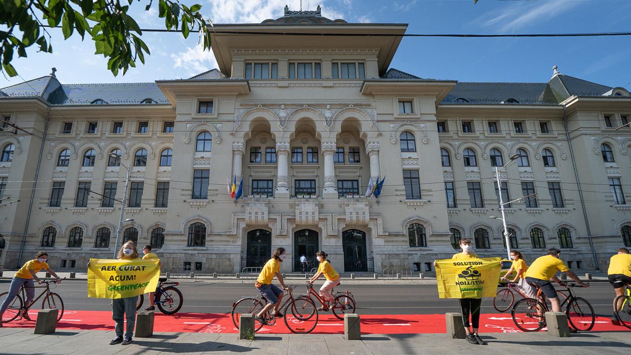 Protest Greenpeace cu pista pentru biciclete mobilă în fața Primăriei București